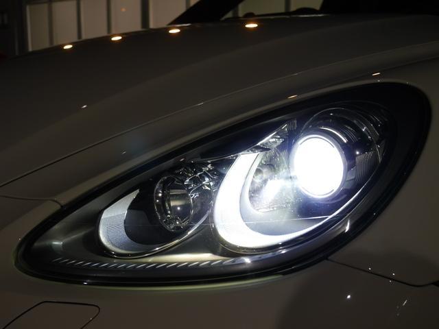 広範囲を照射し高い視認性を誇るキセノンヘッドライトを装備しておりますので夜間のドライブも安心です!!バンパー部分にはスタイリッシュなLEDドライビングライトも装備しております!!