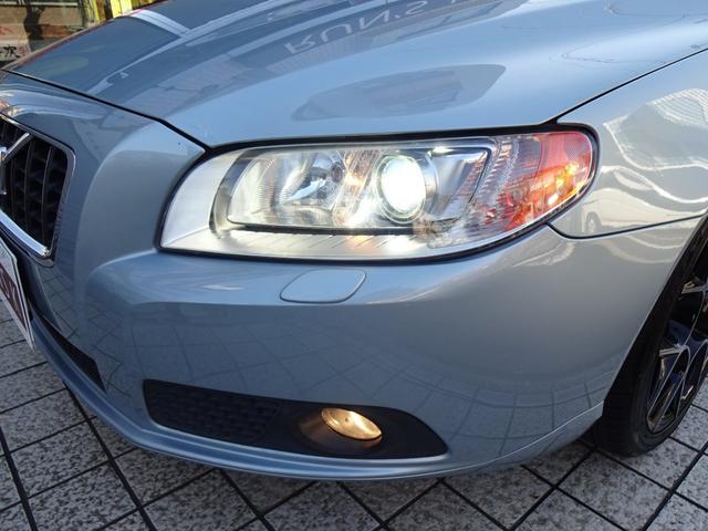 アダプティブヘッドライトを搭載する事で交差点などでハンドルのキレ角に応じて照射してくれます。