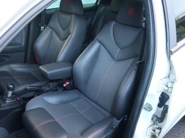 シンプルながら身体にフィットするシート!しっかりホールドしてくれるシートは長く座っていても疲れにくいです。