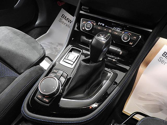 iDriveナビコントローラー 画面に手を伸ばすことなく手元で操作できますので運転に集中できます。直感的に操作できるので使いやすいです。