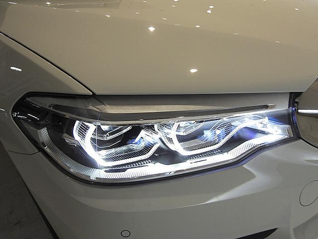 アダプティブLEDヘッドライト 車が曲がる方向を照射、LEDは太陽光に近く優れた視認性を発揮、消費電力も低減のため省燃費に貢献
