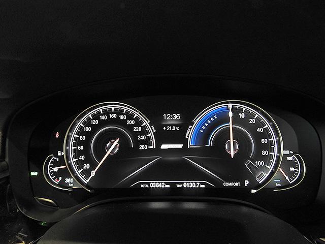 マルチディスプレイメーターパネル/メニュー表示等を大きくすることにより走行安全性を高めます。ドライビングパフォーマンスコントロール走行モードの切り替えによって表示が変化し、雰囲気を演出