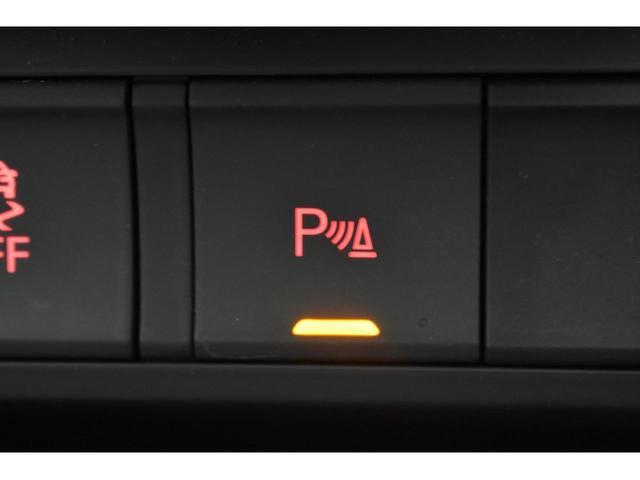 Audiパーキングセンサー『前後のバンパーに装着されたセンサーが障害物を検知し、即座にドライバーへ音とディスプレイ上で知らせてくれる便利な機能です。狭い場所での駐車でも安心です。』