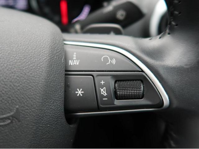 『ステアリング右側にはオーディオの音量調整などのスイッチが付いておりますので、走行中でもお手元で安全に調整が可能です。』