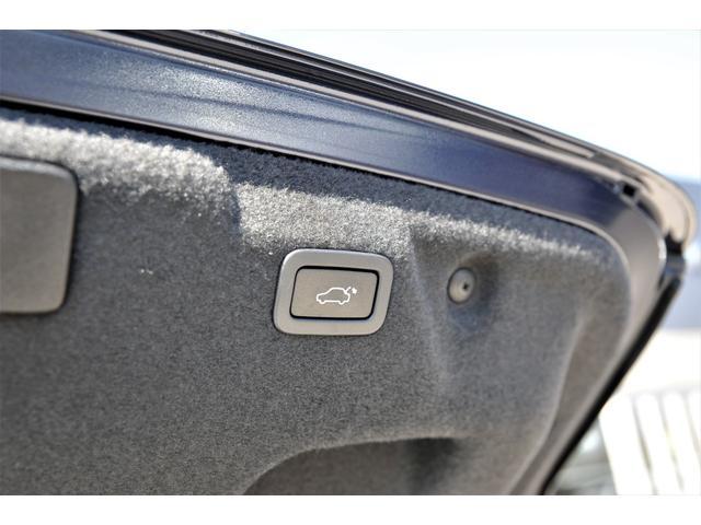 大きい開口部のトランク。電動テールゲートなので開け閉め楽々です。