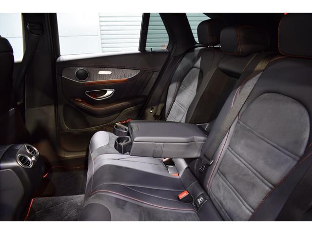 足元も広々とした空間を確保したリアシート中央にはドリンクホルダー付アームレストを装備!リア5面プライバシーガラスも採用しております!