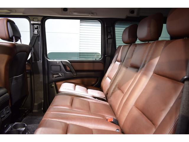 後部座席は大人の男性のお客様でもごゆったりとお寛ぎ頂けるスペースが確保されております。後席にもシートヒーターは備わり、快適なドライブをお楽しみ頂けます!