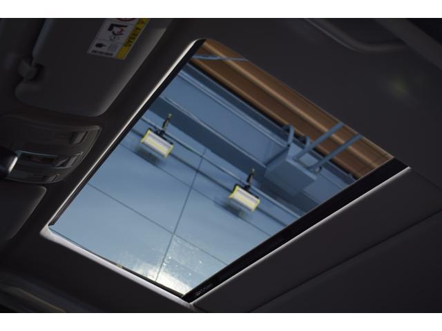 サンルーフも備わり、車内へ新鮮な空気を送りこむ事が出来ます。OPEN、チルトアップと用途に合わせて2WAYでの使用が可能です。