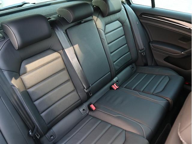 後部座席は大人2が乗ってもゆったりしています。天井のクリアランスがありますので圧迫感もありません。さすが世界のベンチマークと言われるだけ車です。