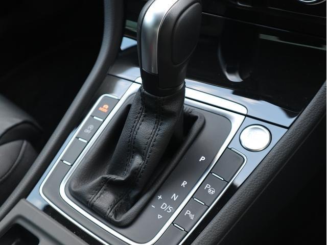 スマートエントリー&スタートシステム付き。USBも付いていますのでスマホの充電も可能です。内装のピアノ調ブラックは高級感と落ち着きがあるデザインです。