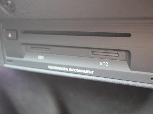 CD,DVD,SD挿入口はグローブボックス内に格納されています