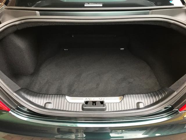 トランク容量は先代の470Lから約1割増の520L!開口部は大きいが歴代のジャガーらしく高さは低めだが十分なスペース!もちろんトランクリッドは電動で開閉◎分厚いカーペットも綺麗で下部にテンパータイヤ!