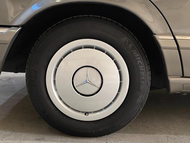 初期とは違う新しいデザインのホイールキャップは非常に貴重◎サイドプレートは飛び石や軽い接触事故から守り必要に応じて交換可能な構造!空力にも大きく貢献◎真にメルセデス流の合理性を追求したパーツでもある◎