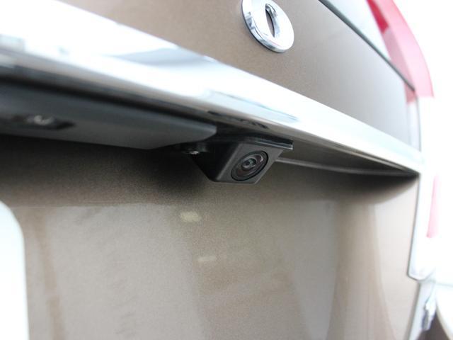 【リアカメラ&リアコーナーセンサー】 目立たない箇所に設置されたカメラとセンサーによるWサポート。 雨天時や夜間など、後方視界の確保が困難な時にも最適な駐車ラインをアナウンスしてくれます。
