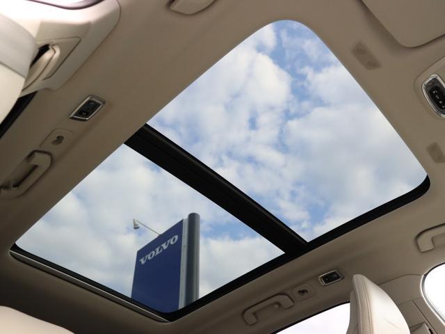 屋根一面まるごととも言える特大サイズのパノラマサンルーフ。 晴天時はもちろん、雨天・曇天時にもシェードを開けることで常に開放的な車内空間を実現させてくれます。
