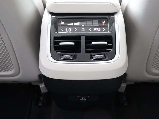 【リアシートヒーター&クライメートコントロール】リアシートにもシートヒーター&エアコン調整機能を搭載。4席全てで独立した温度調整が可能。ショーファーカー/リムジンに比肩する寛ぎがそこに。