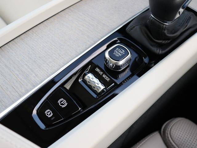 【センターコンソール】運転に配慮し、可能な限り点数を絞った物理ボタン類。配されたのは繊細なダイヤ柄エッチングが施されたエンジンスタートノブとドライブモードスイッチ。クロームが鈍色の光を放ちます。