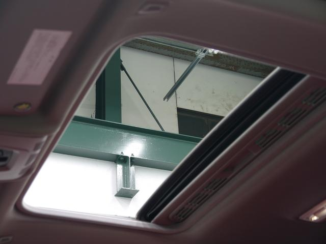 圧迫感のない開放的な室内空間を提供するオプション装備のガラススライディングルーフを搭載しています!使用用途に応じてスライディング・チルトアップの動作が選択可能です!!