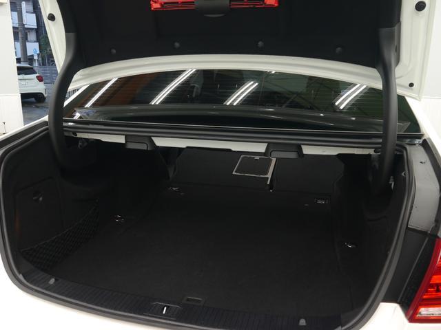 ミドルサイズセダンならではの実用的なスペースを確保したトランクルーム!トランクスルー機構を採用しておりますのでゴルフバックなどの長い荷物の収納可能!ワンタッチで作動可能な自動開閉トランクリッドを装備!