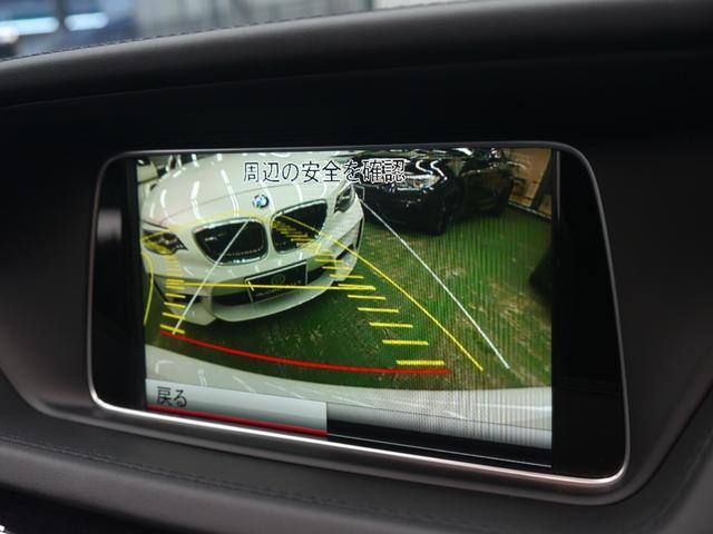 リバース時に後方の映像が映し出され、目視できない場所も映像で確認する事が可能です!前後バンパーには障害物を検知して距離感をお知らせするパークトロニックセンサーも搭載しております!