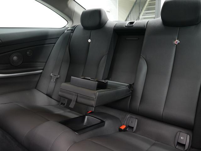 クーペスタイルにも関わらず足元も広く取られ、後部座席には十分なスペースが御座います!ISOFIXも備わりチャイルドシートも簡単に装着可能です!
