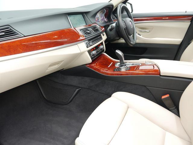 インテリアには高級感のあるミルテウッドインテリアトリムが備わります!助手席は足元も広く取られており、同乗者の方も快適な車内空間でお過ごし頂けます!!