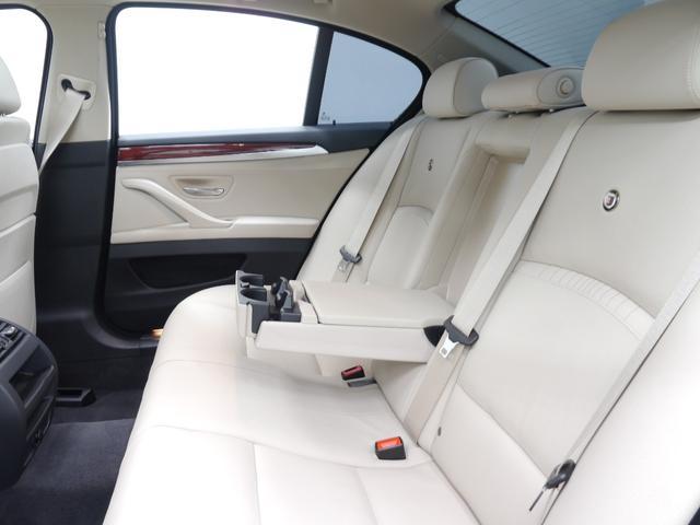 足元も広く取られ、後部座席には十分なスペースが御座います!ISOFIXも備わりチャイルドシートも簡単に装着可能です!スモークフィルム施工済みですので直射日光が強くとも快適なドライブをお楽しみ頂けます!