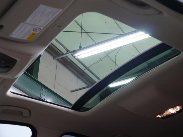 圧迫感のない開放的な室内空間を提供するガラススライディングルーフをオプション装備!ベージュルーフライナーを採用し細部にまで高級感を演出する設計となっております!!