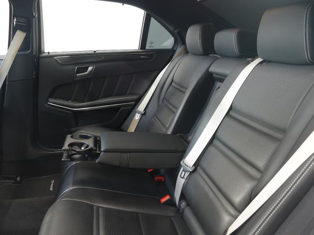 後部座席は足元も広く取られており、同乗者の方も快適にお過ごし頂けます!!座席中央にはドリンクホルダー付きアームレストも備わり、長距離ドライブもゆったりとくつろいでご乗車が可能です!!