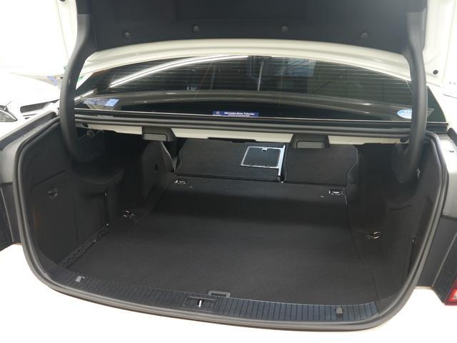 実用的なスペースを確保したトランクルーム!ワンタッチで開閉可能な自動トランクを装備!手を使う事無くリアバンパー下部に足をかざすとトランクの開閉が可能なハンズフリーアクセスを搭載です!!