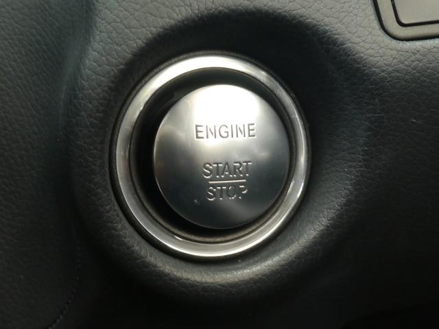 ボタン一つでエンジン始動が可能なキーレスゴー(スマートエントリー&スタートシステム)を搭載しております!ドアハンドルに触れるだけでドアの施錠・解錠も行える便利な装備です!