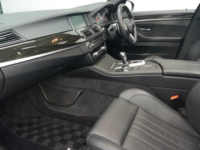 インテリアには高級感のあるウッドインテリアトリムが備わります!助手席は足元も広く取られており、同乗者の方も快適な車内空間でお過ごし頂けます!!