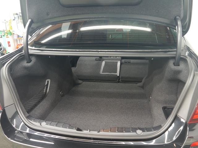 トランクスルー機構を採用した実用的なスペースには様々な荷物を収納可能です!ワンタッチで作動するオートトランク機能、手を使わずにトランクの開閉が可能なフットトランクオープナーも搭載しております!!