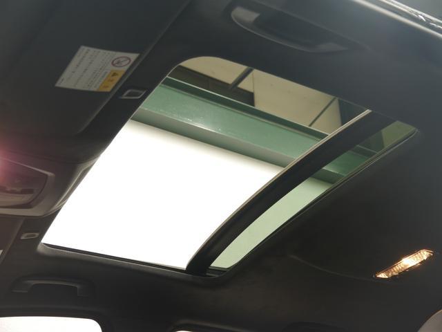 圧迫感のない開放的な室内空間を提供するガラススライディングルーフをオプション装備!アルカンターラルーフライナーを採用し細部にまで高級感を演出する設計となっております!!