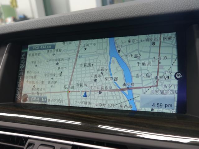 iDrive対応HDDナビゲーション!地デジ・ミュージックコレクション・Bluetoothなど様々なメディアに対応!運転席からは死角となる後方をモニターへ映し出すリバース連動バックモニターも備えます!