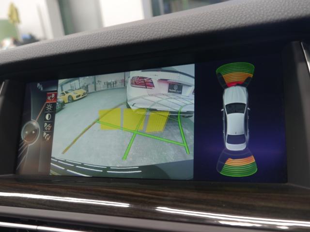 車両の前後にはパークディスタンスコントロール(障害物センサー)を備えます。遮蔽物との距離を音と光で運転者へ知らせ、より安全な運転をサポートします!!