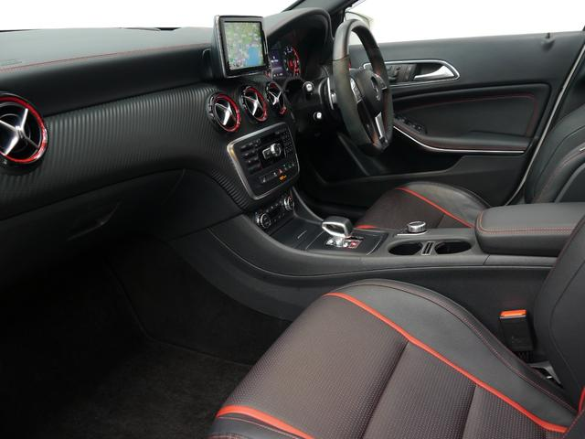 カーボン調インテリアトリムを採用した高級感溢れる室内空間!アンビエントライトにより車内空間を鮮やかに致します!レッドカラーのシートベルトもアクセント!