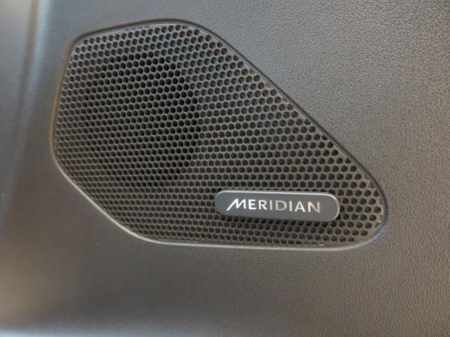 Meridianサウンドシステム「最適に配置された13個のスピーカーとデュアルチャンネルサブウーファーにより、澄みきった高音から深みのある低音まで豊かなサウンドを生み出します。」