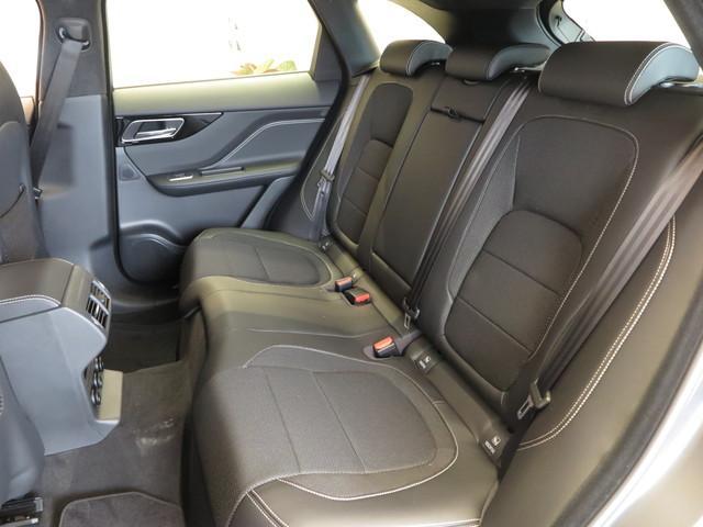 後部座席も厚みのあるしっかりとした造り込みがなされ、大人5名が乗っても長距離でも疲れにくくゆっくりくつろいでいただくことができます。