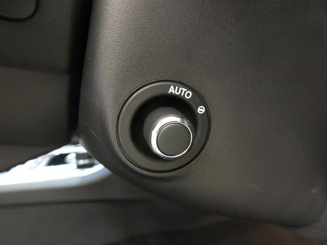 電動ステアリングコラム(65,000円)「オプション装備のこの機能はステアリングホイールの位置を電動で前後左右自由に調整可能です。ドライバーに合わせた調整が簡単に行えます。」