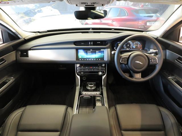 インテリアにはエボニー(黒)のレザーを採用。高級感漂う仕様となっております。また運転席は使用感がなく綺麗な状態で入庫しております。