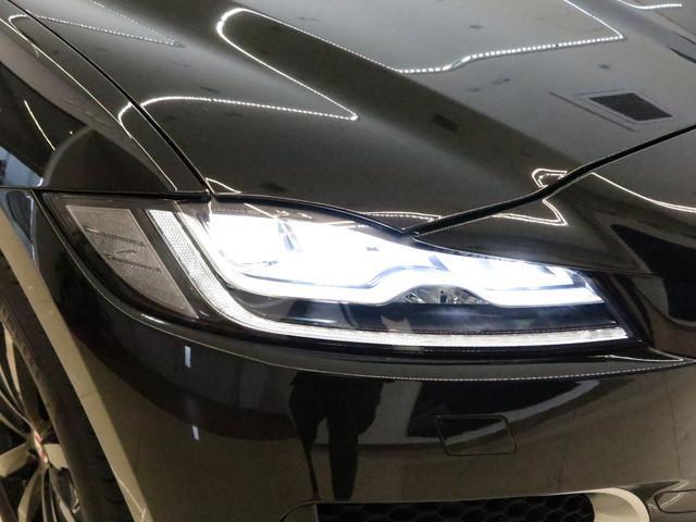アダプティブLEDヘッドランプ(シグネチャーDRL付)  「オプションのLEDヘッドライトを装備。F−PACEの顔の印象となる美しいヘッドライトはジャガーのデザインを引き立てます。
