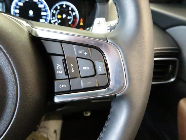 ハンドル右のボタンはアダプティブクルーズコントロール。ハンドル左のボタン電話、メディアの切り替え、ドライバーディスプレイの操作などハンドルを離さず操作が出来ます。