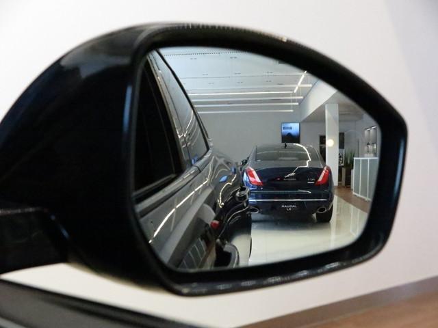 ブラインドスポットアシスト「死角に別の車の存在が検出されると、ブラインド・スポットアシストが精密に算出したステアリングトルクをかけ、接近する車から安全に距離をとるようにサポートします。」