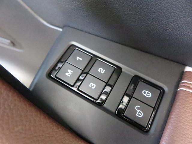 シートメモリー「運転席と助手席にはついていると便利なシートメモリーが装備されています。自分のドライビングポジションを記憶させ、いつでもワンプッシュで自分仕様になります。」