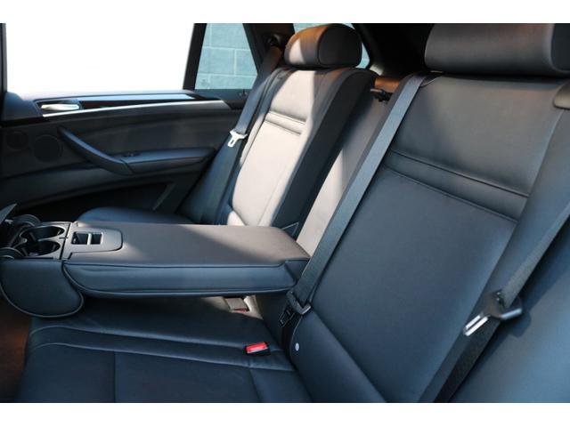 足元や天井にゆとりある空間を確保したリアシート!オプション設定により、前席のみならずリヤシートにもシートヒーターが装備されておりますので、後部座席の方もゆったりとドライブをお楽しみいただけます!