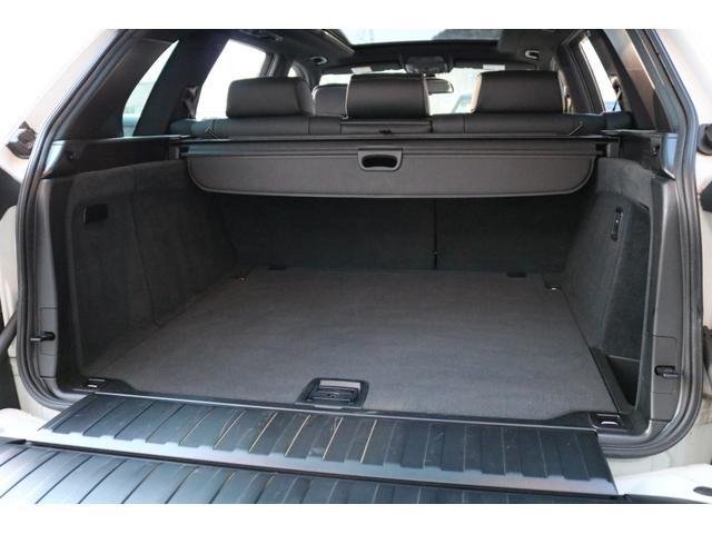 SUVならではの利便性を誇るラゲッジルームです!フラットに近い状態まで倒れるリアシートにより更に広大なスペースを確保できるので、多彩な収納ニーズに対応します!
