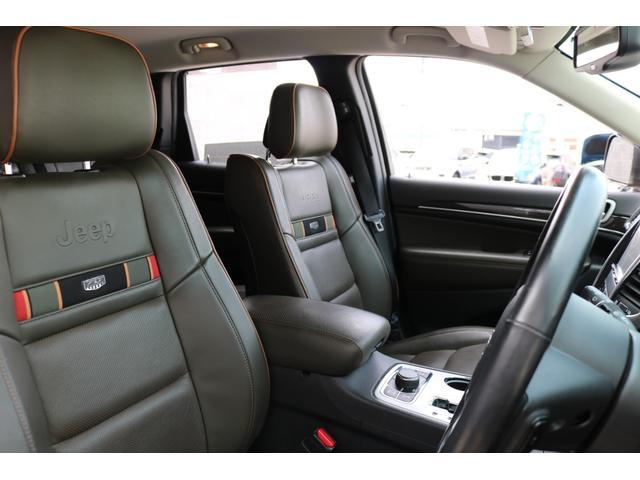 70thアニバーサリー記念モデル専用ロゴ入りブラック&ダークオリーブレザーシートを装備しており、通常モデルとは違った雰囲気を演出!!パワーシート、シートヒーター、ランバーサポートも搭載しております♪