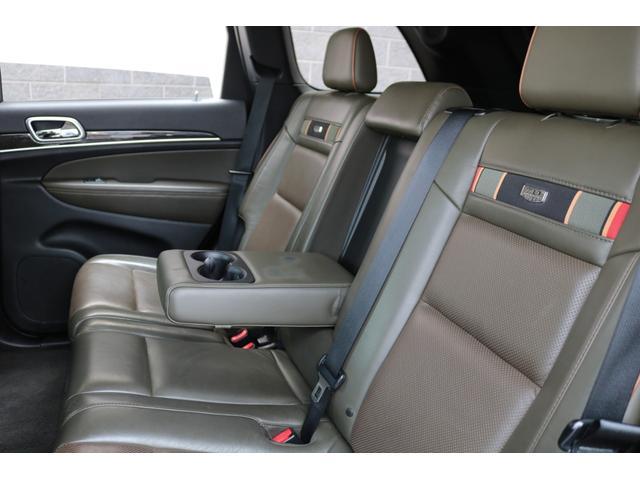 後席も十分なスペースを確保しており、シートヒーター、USBポートも完備!ゆったりと快適なドライブがお楽しみいただけます!センターにはドリンクホルダー付きアームレストも装備しております!