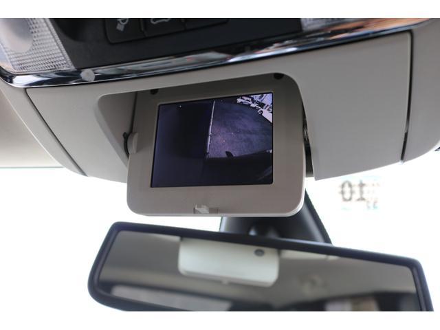 目視が出来ない車輌左側の死角を映し出すサイドカメラを装備!狭い路地での縦列駐車や幅寄せ、車庫入れ時に安心してハンドル操作をサポートします!